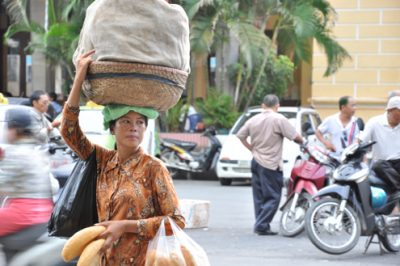 Street-vendor-in-Hanoi