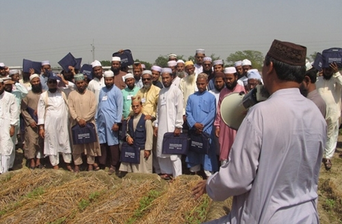 The Leaders of Influence program in Bangladesh includes training on agricultural and farming practices, pictured here, environmental resource management, as well as techniques for engaging in public advocacy on issues ranging from corruption to child marriage.
