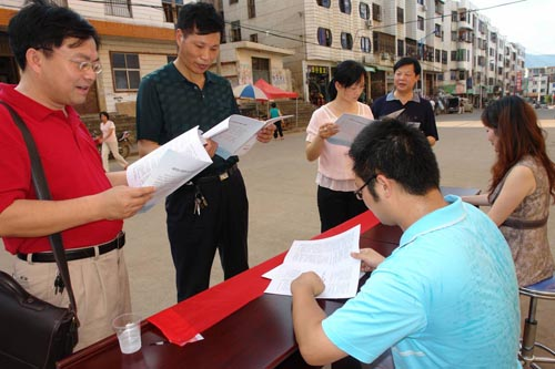 Volunteers disseminate government gazettes to public in Hunan province