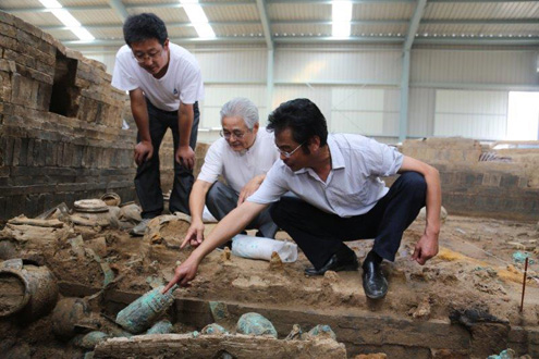 Preeminent Chinese archaeologist and Williams' Fellow Li Zebin shows pieces from the excavation he helped lead on one of the most important archaeological discoveries in China in recent years.